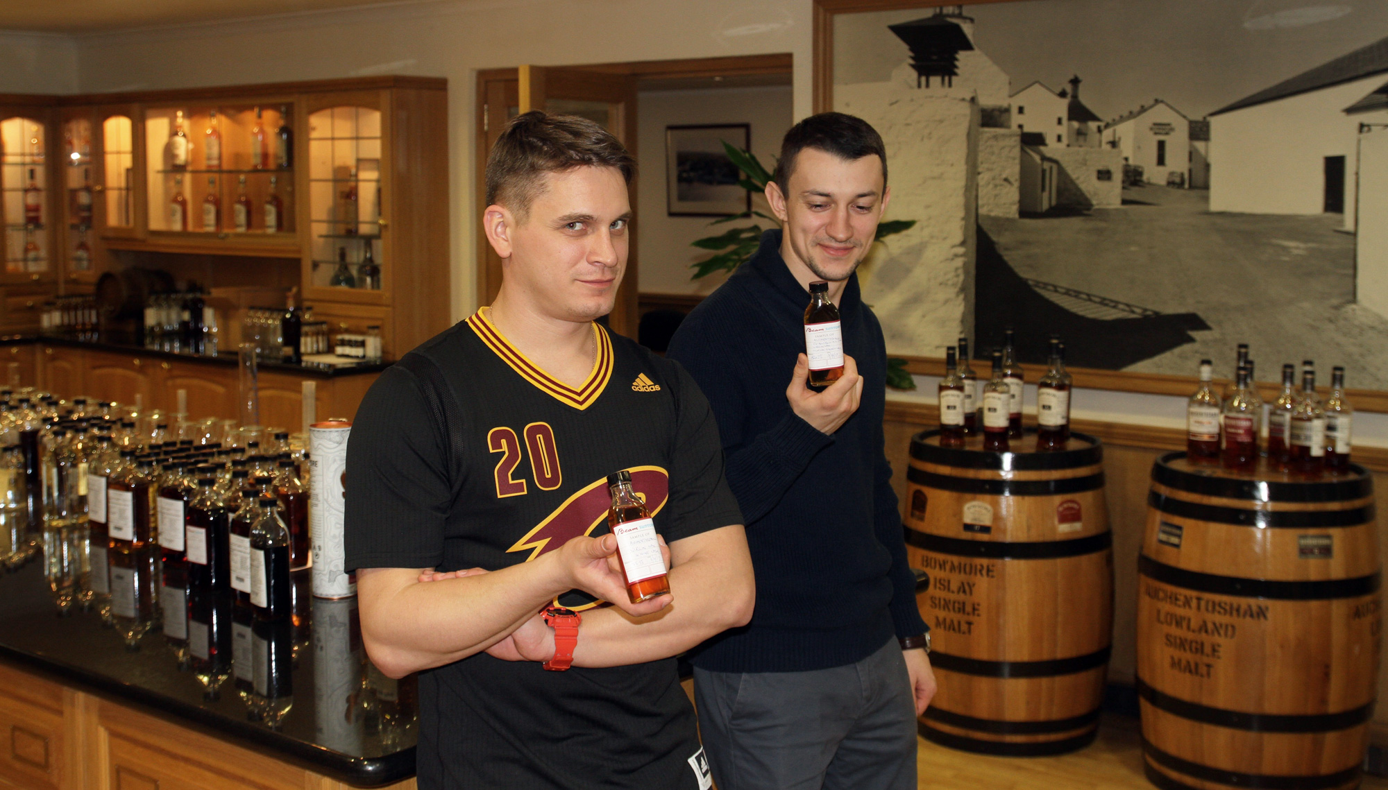 Никита Курочкин и Кирилл Ивашков в лаборатории Auchentoshan
